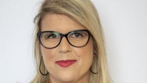 Andréa Greco posa para foto de óculos com armação preta