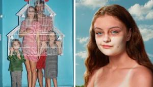 duas artes, a primeira mostra uma familia de 4 pessoas, doi adultos e duas crianças segurando uma casa de passarinho e com uma parede azul ao fundo. a segunda é uma menina, branca, ruiva, com marca de sol de uma máscara no rosto. só mostra o busto dela