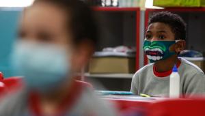 Crianças usam máscara de proteção contra a Covid-19 durante aula presencial