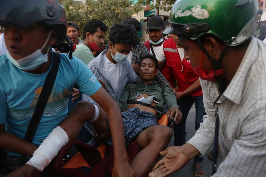 Homem é socorrido após se ferir durante protesto em Myanmar