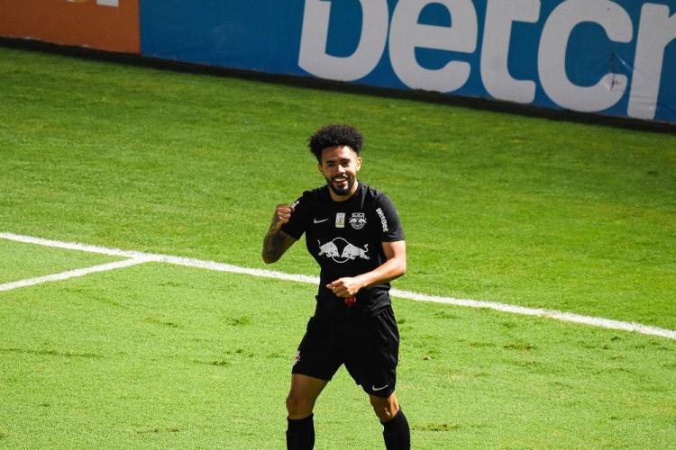 O meia Claudinho, do Bragantino, comemora gol contra o Grêmio
