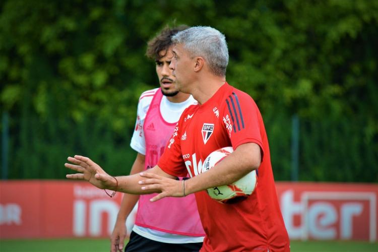 O técnico Hernán Crespo dá orientações ao time do São Paulo