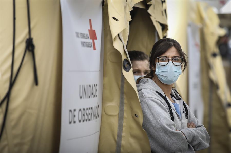 Mulher usa máscara de proteção contra a Covid-19