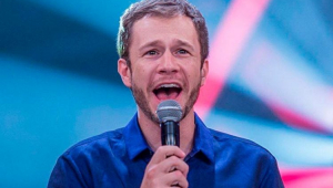 Tiago Leifert gritando no microfone