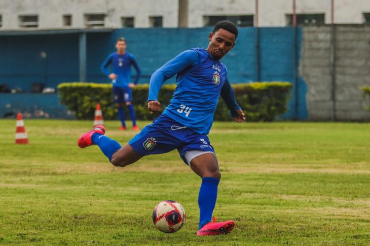 Diego Cardoso prepara o chute de perna direita durante treino do São Caetano