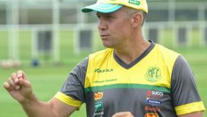 O técnico Eduardo Baptista com camisa e boné do Mirassol