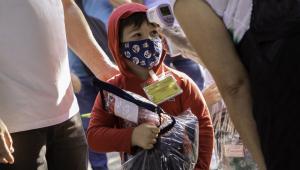 Aluno usa máscara no retorno às aulas presenciais