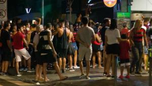 Flamengo retorna ao Rio com festa de torcedores e aglomeração após título