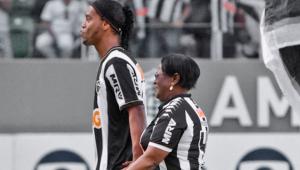 Ronaldinho Gaúcho se manifesta pela primeira vez após morte da mãe por Covid-19