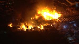 Incêndio de grandes proporções causa explosões na Califórnia