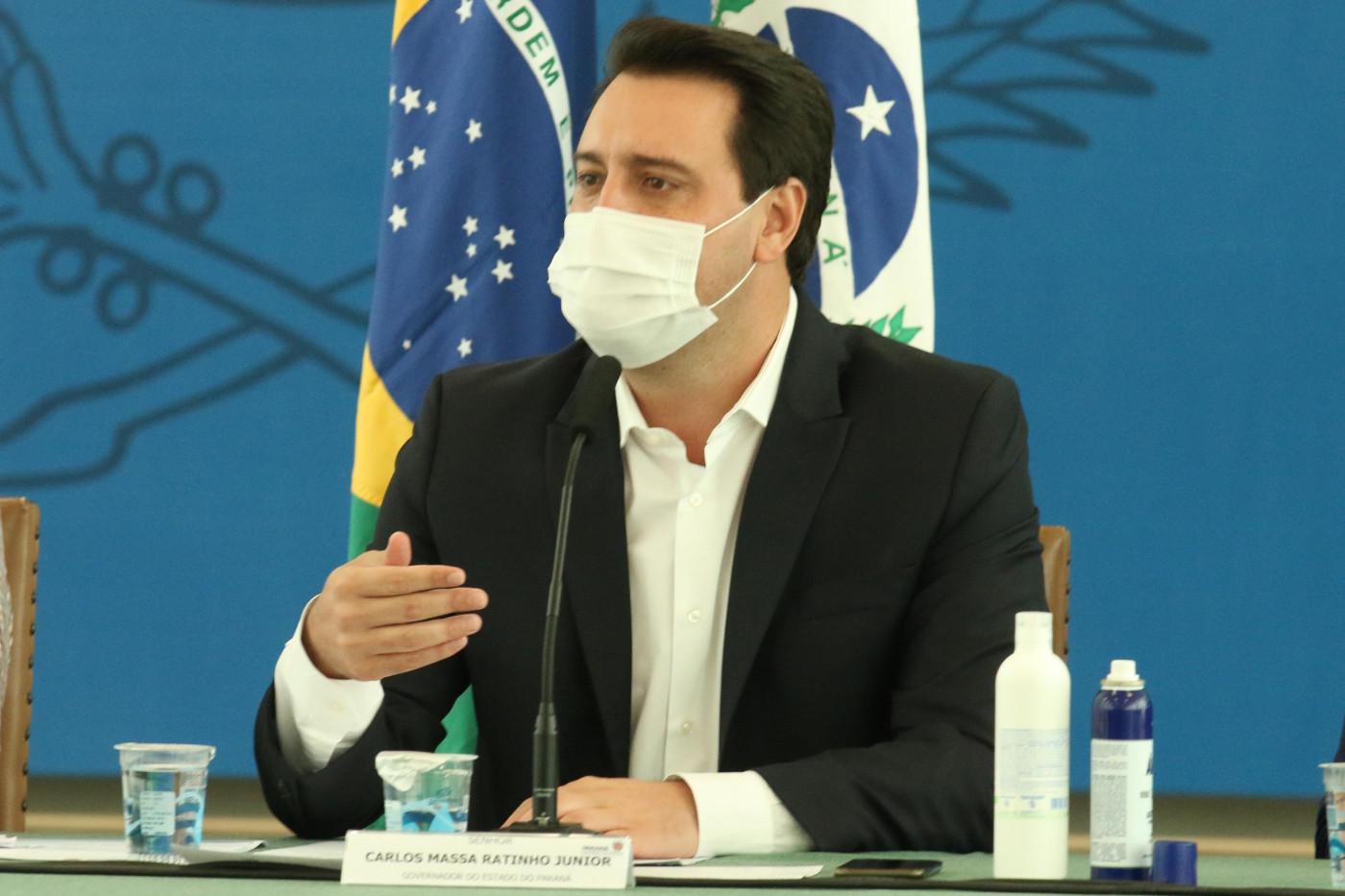 O governador do Paraná, Ratinho Junior, anuncia novas medidas de lockdown em coletiva de imprensa para conter surto de Covid-19