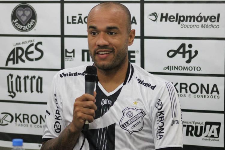 Roger segura microfone em entrevista coletiva na Inter de Limeira