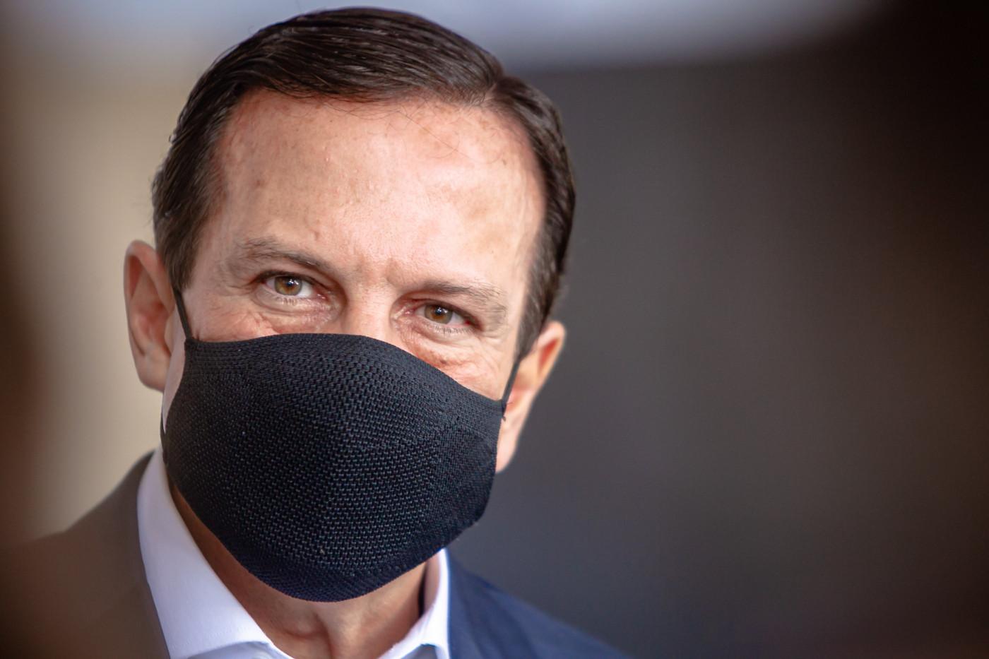 Governador de São Paulo usa máscara