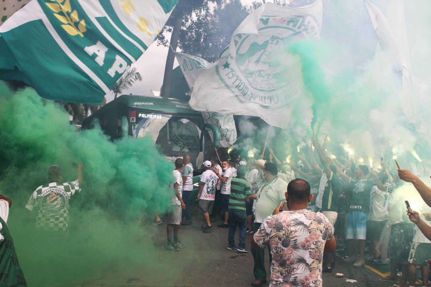 Torcida do Palmeiras se aglomera na porta do CT do clube antes da final contra o Grêmio pela Copa do Brasil