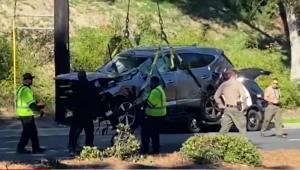 carro de tiger woods sendo guinchado após acidente