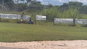 Torcida protesta contra o Corinthians após derrota para o Santos: 'Elenco pipoqueiro'