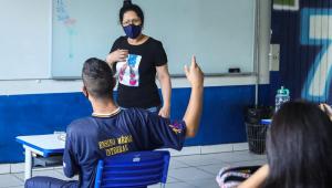 Aluno levanta a mão durante volta às aulas presenciais em São Paulo