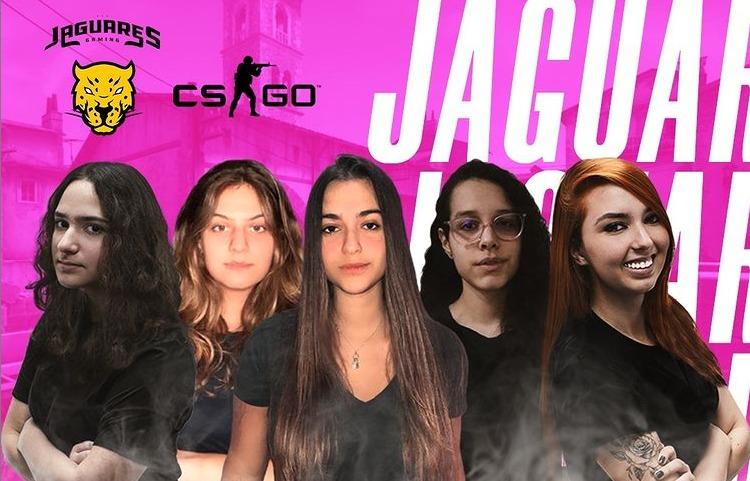 montagem mostra cinco meninas de camisa preta diante de uma tela rosa com os dizeres 'cs-go' e 'jaguares esportes'
