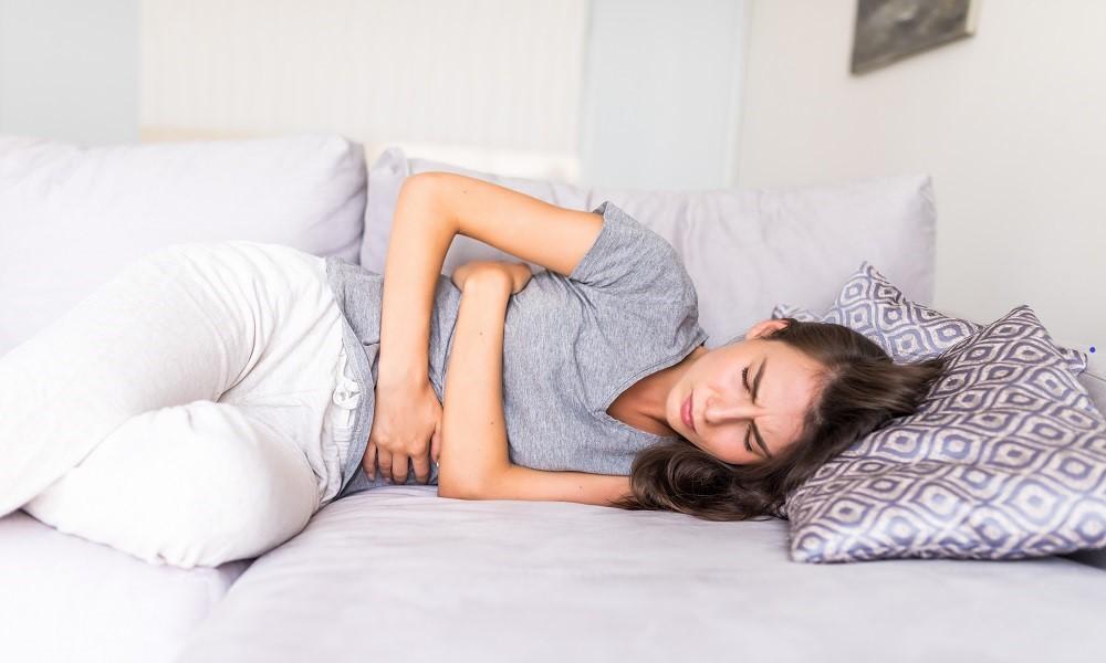 Mulher sofre com dores provocadas pela menstruação