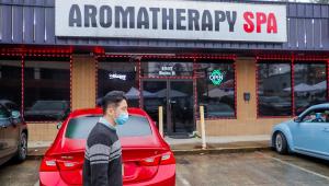 Homem de ascendência asiática passa em frente a uma das casas de massagem que foram alvo de tiroteio na Geórgia, Estados Unidos