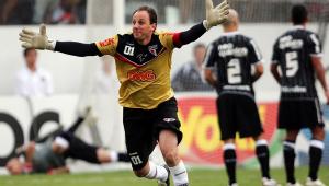 Após marcar seu centésimo gol, Rogério Ceni corre com os braços abertos, expressando seu contentamento