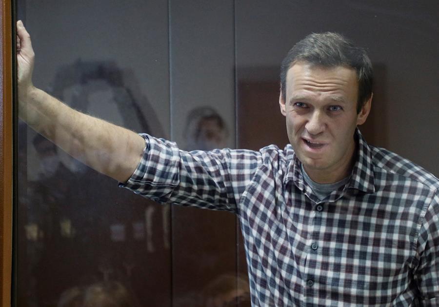 Líder da oposição russa, Alexei Navalny, dentro de uma cela de vidro durante audiência em Mosocu