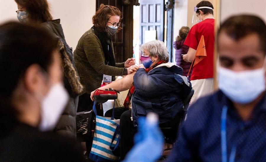 Pessoas com máscara aguardam vacinação contra a Covid-19 nos Estados Unidos