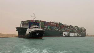 Navio encalha no Canal de Suez, no Egito