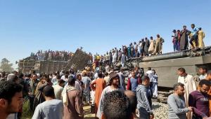 Três vagões de passageiros capotaram após dois trens colidirem nos arredores do Cairo, no Egito