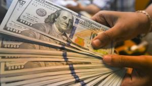 Dólar vai a R$ 5,66 com mudanças em impostos e PEC; Bolsa inverte e fecha em alta