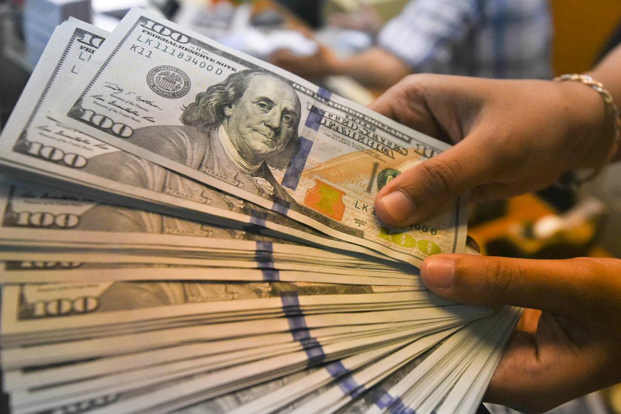 Dólar opera em queda com bom humor dos mercados internacionais