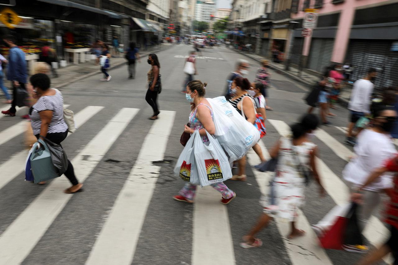 Pessoas passam por tradicional centro de compras no Rio de Janeiro durante a pandemia do novo coronavírus
