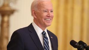 Joe Biden dobra meta de vacinação contra Covid-19 nos Estados Unidos