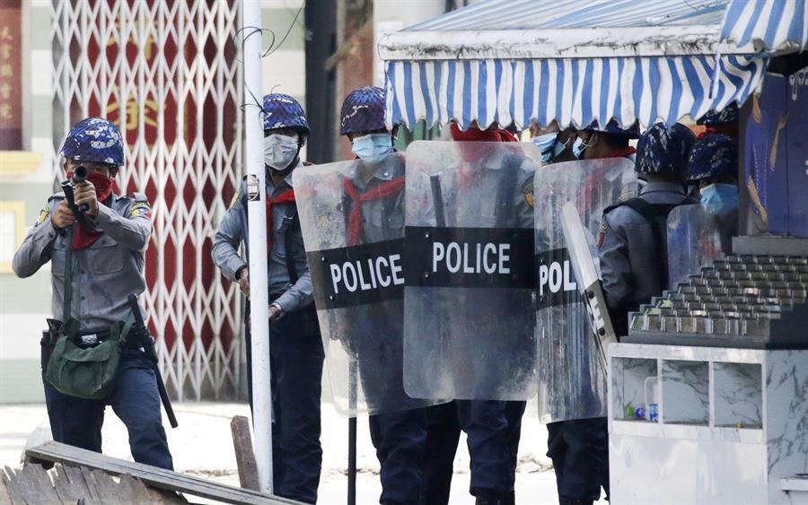 Polícias com metralhadoras reprimem protesto contra o golpe militar em Myanmar