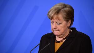 A primeira-ministra Angela Merkel anuncia suspensão do uso da vacina de Oxford em menores de 60 anos