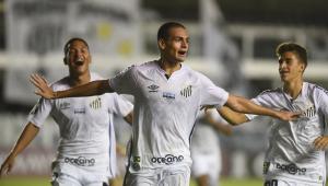 o zageurio Kaiky abe os braços para comemorar o segundo gol do Santos contra o Deportivo Lara