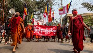 Monges budistas protestam contra o golpe militar em Myanmar