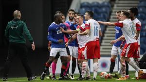 Glen Kamara, dos Rangers, tira satisfação com jogador do Slavia Praga que proferiu ataques racistas