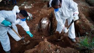 Trabalhadores finalizam enterro de vítimas da Covid-19 no Cemitério Vila Formosa, em São Paulo