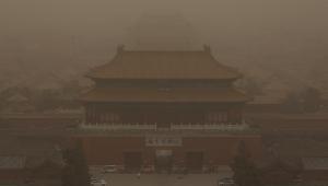 Pequim foi atingida pela pior tempestade de areia da última década na manhã desta segunda-feira, 15