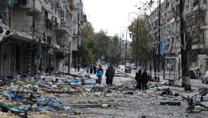 Pessoas circulam em meio aos escombros da cidade de Alepo, na Síria, devastada pela guerra civil