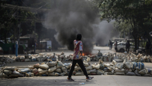 Manifestantes protestam contra regime militar em Myanmar