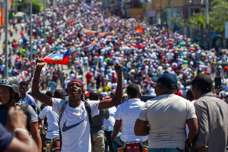 Manifestantes tomam as ruas de Porto Príncipe, capital do Haiti
