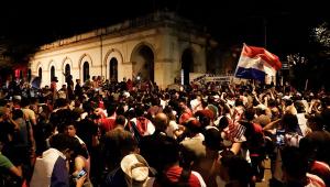 Manifestantes se reuniram em frente ao partido do presidente do Paraguai