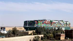 Navio Ever Given encalhado no Canal de Suez