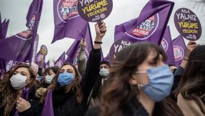 Na Turquia, mulheres protestam contra saída do país de tratado internacional contra violência de gênero
