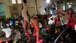 pessoas dançando em cima de caminhonetes em Miami