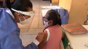 idosa recebe vacina contra a Covid-19 no México
