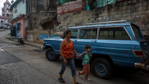Mãe passeia de mãos dadas com o filho em Caracas, Venezuela