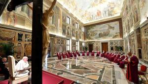 O papa Francisco decidiu reduzir altos salários de clérigos para evitar demissões entre demais funcionários do Vaticano